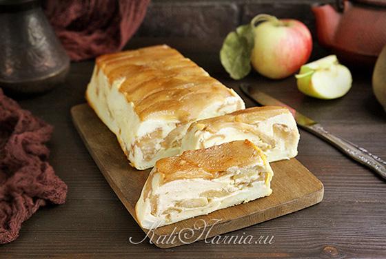 Творожная запеканка с яблоками готова