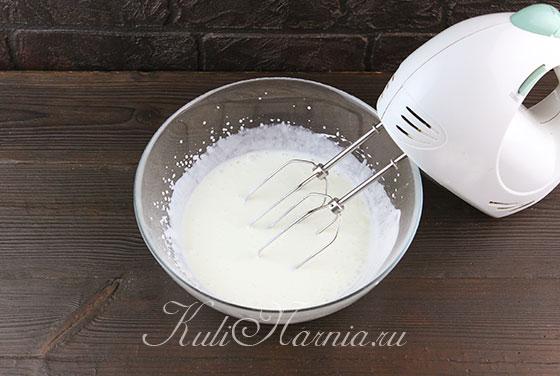 Холодные сливки взбиваем с сахарной пудрой