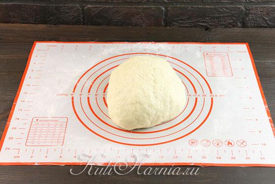 Мнем тесто для пирога на столе