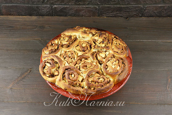 Отправляем пирог с яблоками в духовку