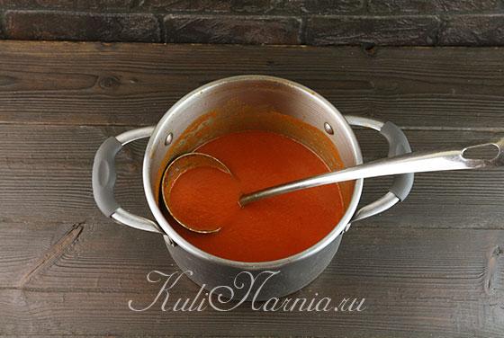 Переливаем томатное пюре в кастрюлю