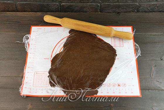 Раскатываем шоколадную основу