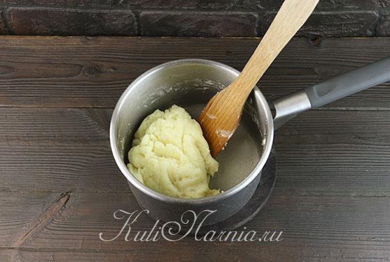 Всыпаем муку в кастрюлю с маслом