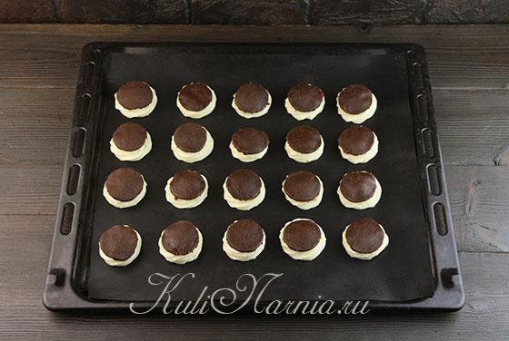 Выкладываем шоколадные круги на пирожные