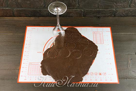 Вырезаем кружки из шоколадной основы