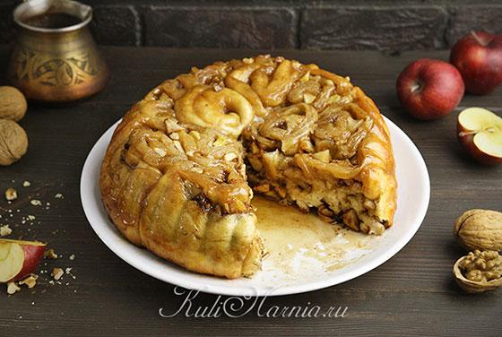 Яблочный пирог на дрожжевом тесте готов