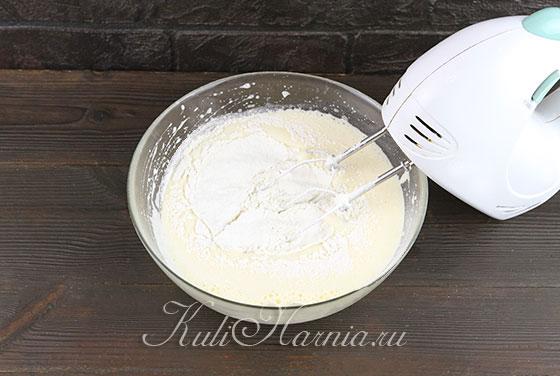 Добавляем к яйцам масло и муку