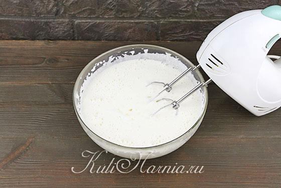 Добавляем к яйцам молоко и масло