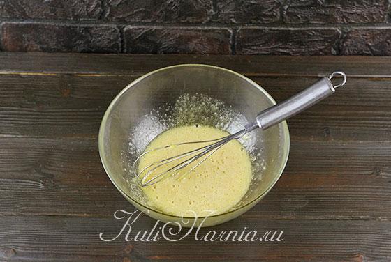 Добавляем медовую основу с яйцами
