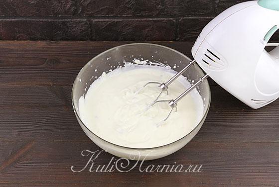 К половине сливок добавляем белый шоколад