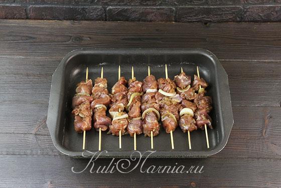 Нанизываем мясо на шпажки