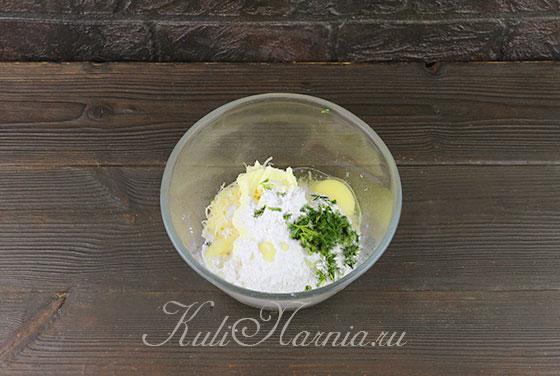 Натираем сыр и добавляем муку