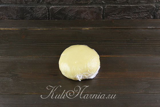 Оборачиваем медовое тесто в пленку