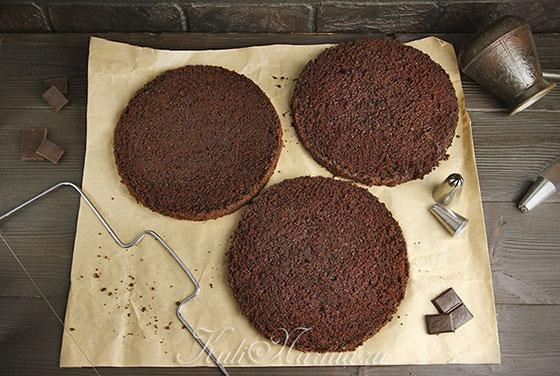 Разрезаем шоколадный бисквит на коржи