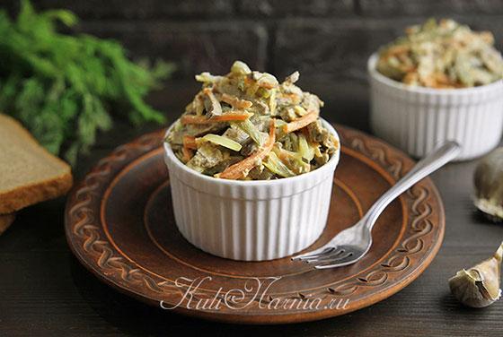 Салат обжорка с куриной печенью готов