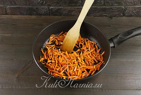 Сгружаем морковную соломку в сковороду