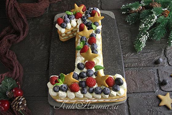Украшаем торт ягодами и печеньем