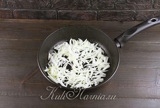 Выкладываем лук на сковороду