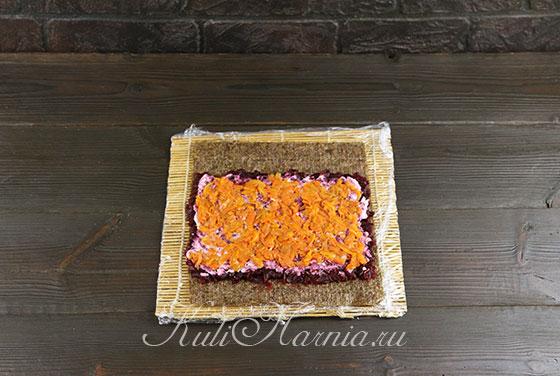 Выкладываем слой моркови