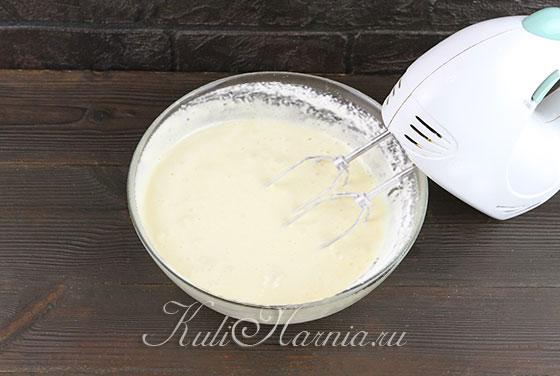 Вымешиваем тесто для шарлотки