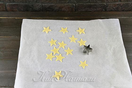Вырезаем печенье из теста