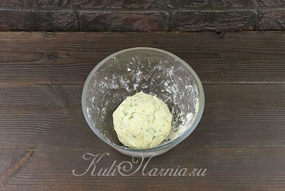 Замешиваем тесто для сырных шариков
