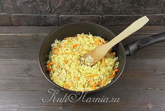 Посыпаем рис куркумой и зирой