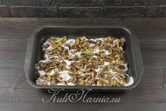 Распределяем грибы и лук на отбивные