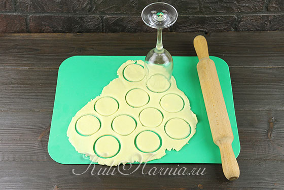 Вырезаем заготовки для печенья