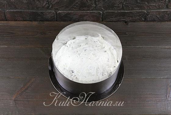 Наносим половину крема на корж