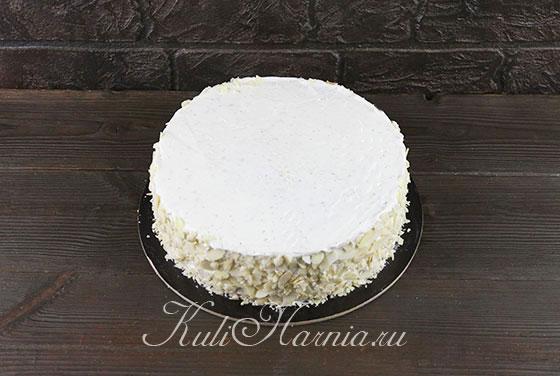Обсыпаем бока торта миндальными лепестками