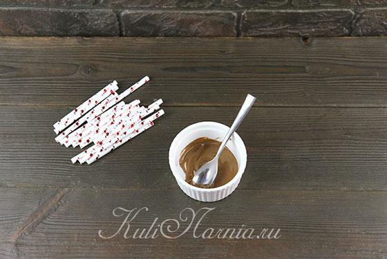 Окунаем палочки в шоколад
