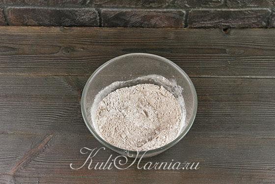 Смешиваем сухие ингредиенты для коржа