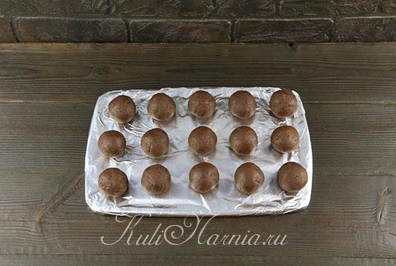Выкладываем шарики на кухонную доску