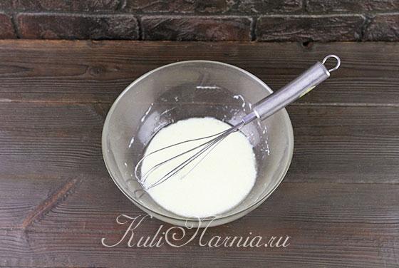 Взбалтываем молоко и сметану венчиком