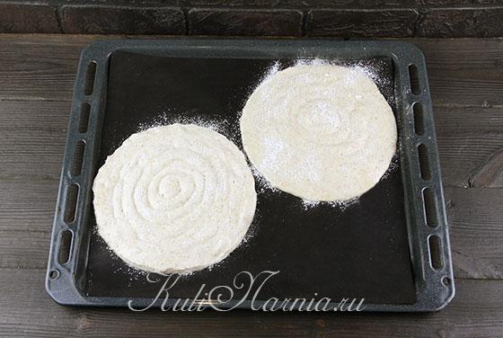 Посыпаем коржи сахарной пудрой
