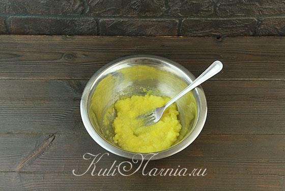 Соединяем желтки с сахаром