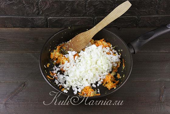 Добавляем капусту к моркови и луку