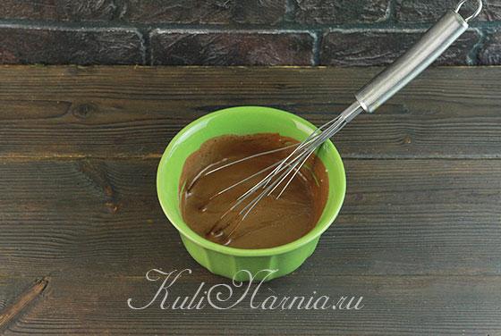 Растапливаем шоколад в сливках