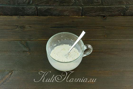 Размешиваем дрожжи в молоке