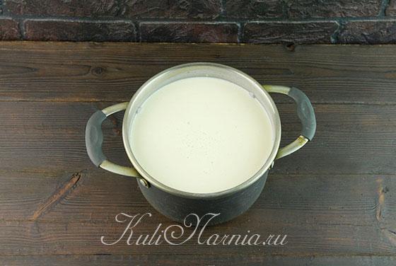 Соединяем ряженку молоко и сметану