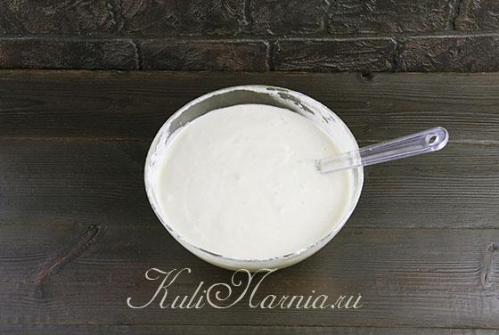 Добавляем горячее молоко к тесту