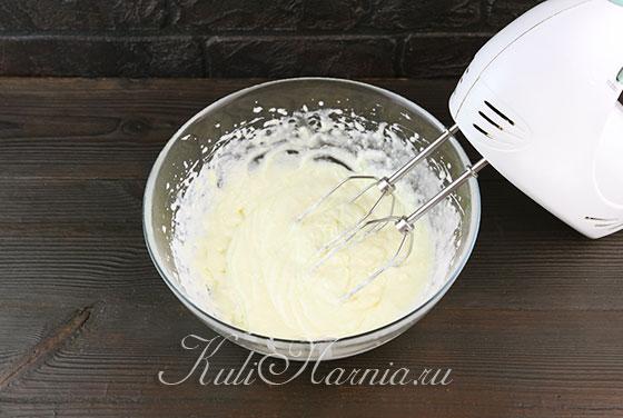 Добавляем к яйцам масло