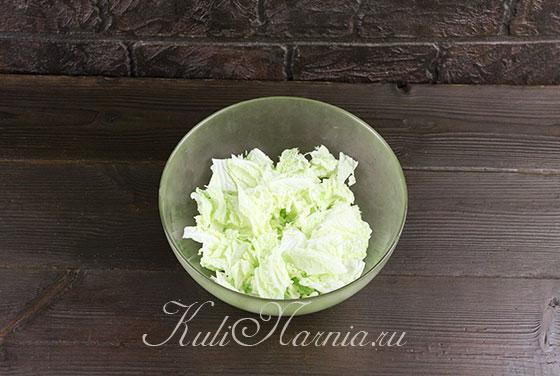 Нарезаем салатные листья