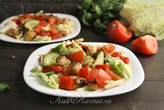 Теплый салат с курицей готов