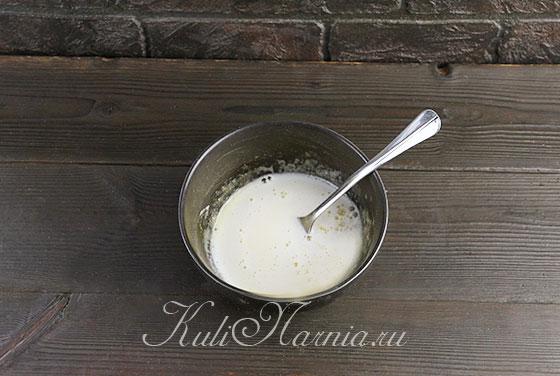 Добавляем молоко к яичной смеси