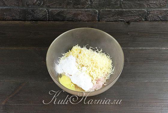 Добавляем яйцо и сметану