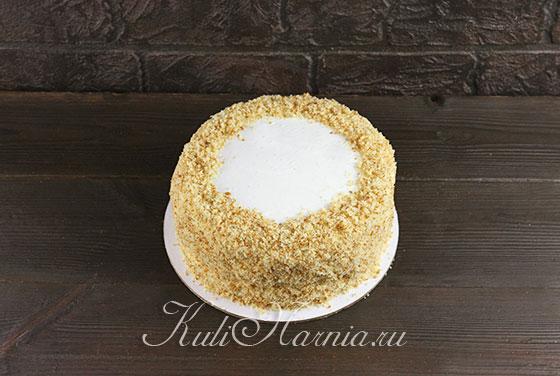 Обсыпаем торт бисквитной крошкой