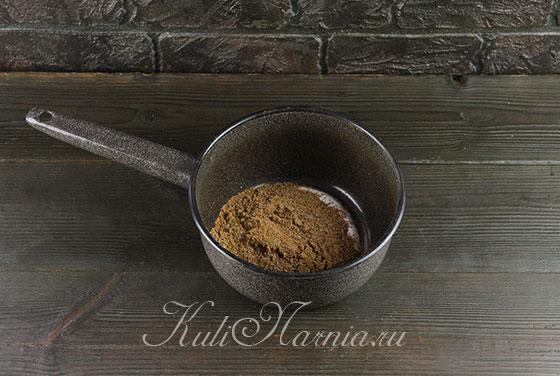 Смешиваем какао с сахаром и сметаной