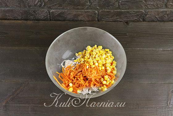 Добавляем к курице морковь и кукурузу